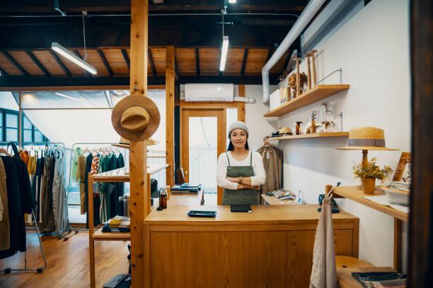 女性小企業主準備接受通過數位平板電腦進行移動支付 - small business saturday 個照片及圖片檔