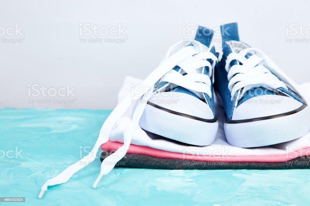 Té et chaussures sneakers femme - Photo de A la mode libre de droits