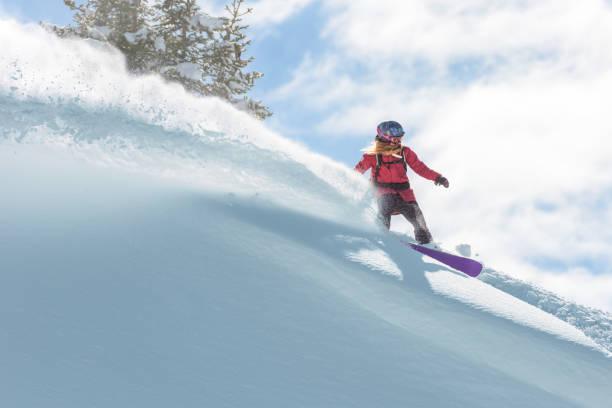 Weibliche Snowboard Fahrer verdienen eine Wende im Pulverschnee – Foto