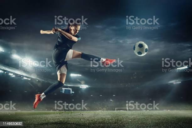 Vrouwelijke Voetbalspeler Schoppen Bal In Het Stadion Stockfoto en meer beelden van Alleen volwassenen