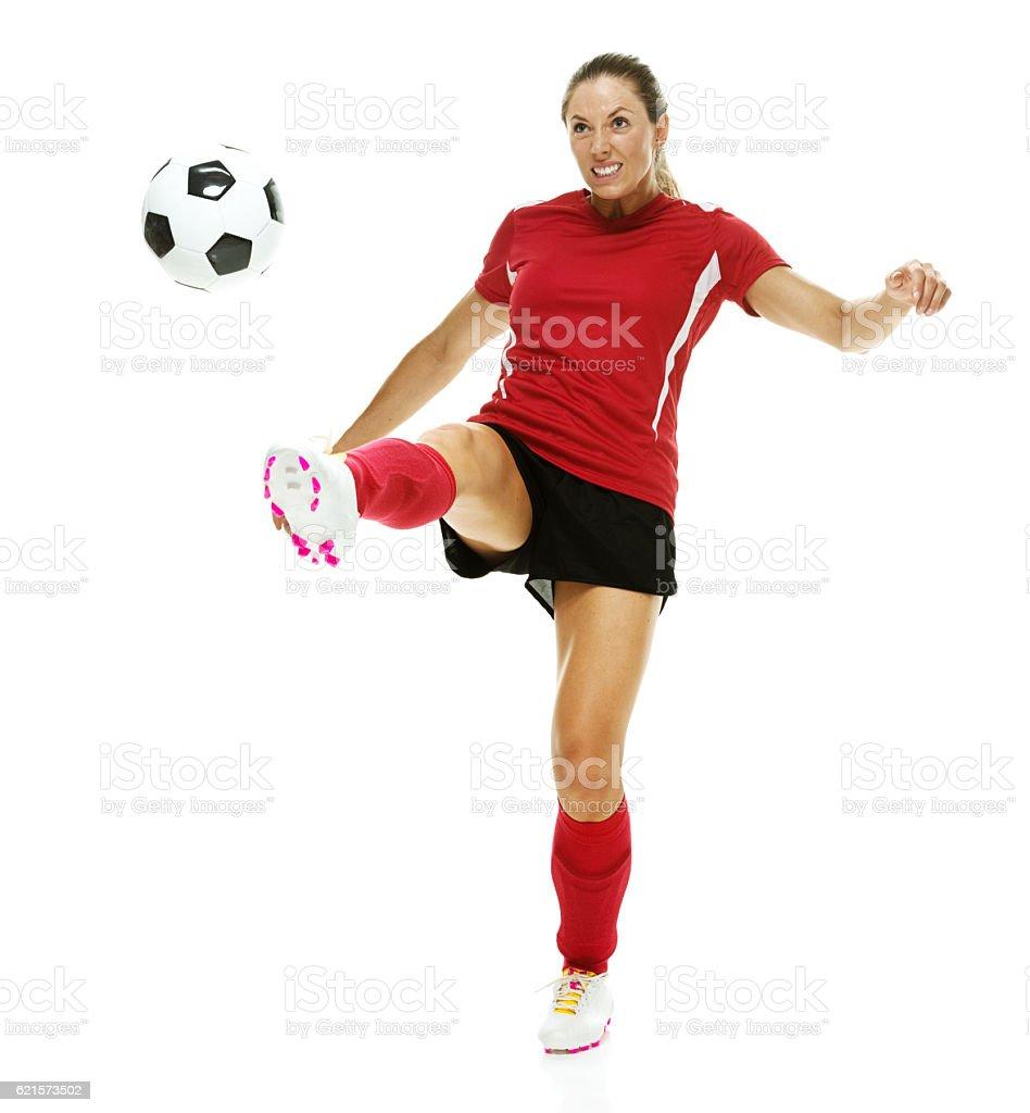 Femme de football joueur shootant dans un ballon  photo libre de droits