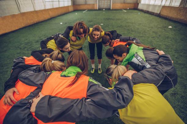 weibliche fußball team kauern - fußball team stock-fotos und bilder