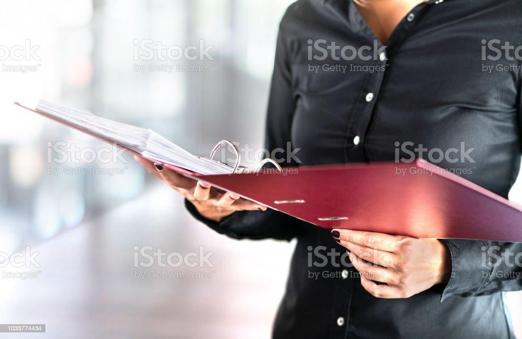 Trabajadora social, detective o archivos de lectura de mujer de negocios en abrir carpeta. Asesor contable, investigador o adopción. Voluntariado en voluntariado. - foto de stock