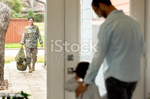 670900812 istock photo Female soldier returning home 1211388328