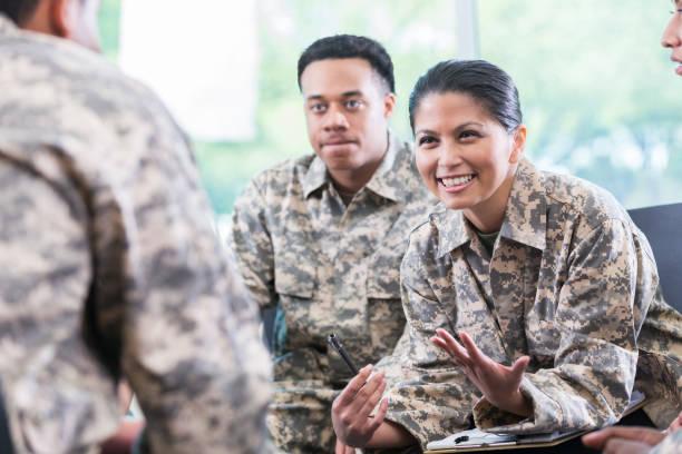 soldatin gespräche während der gruppentreffen unterstützung - militäruniform stock-fotos und bilder