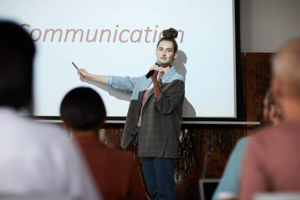 Conférencier féminin sur scène - Photo