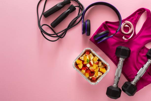 weiblichen sportbekleidung und obst salat top anzeigen - rosa training stock-fotos und bilder