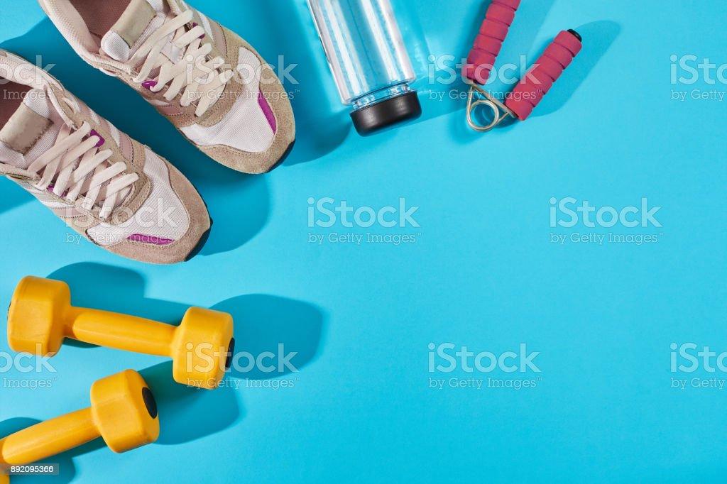 Calzado deportivo mujer y vista superior del equipo, espacio de copia. Estilo de vida activo, concepto de cuidado del cuerpo foto de stock libre de derechos