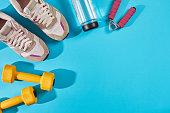 女性のスポーツの靴、および機器平面図、コピー スペースです。アクティブなライフ スタイル、身体ケアの概念