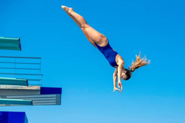 salto de trampolim feminino mergulhador - mergulho - fotografias e filmes do acervo