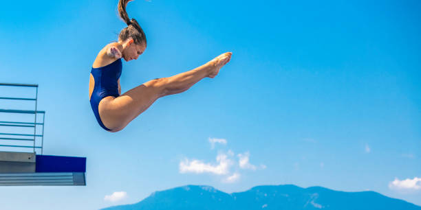 Weibliche Sprungbrett Taucher springen – Foto