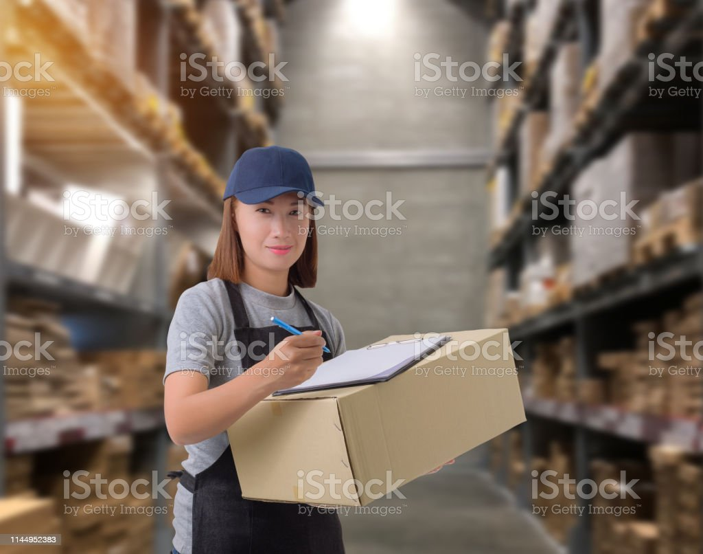 Female staff Delivering products Sign the signature on the product...