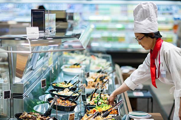 女性スタッフは、デリカテッセンのスーパーマーケット - スーパーマーケット 日本 ストックフォトと画像
