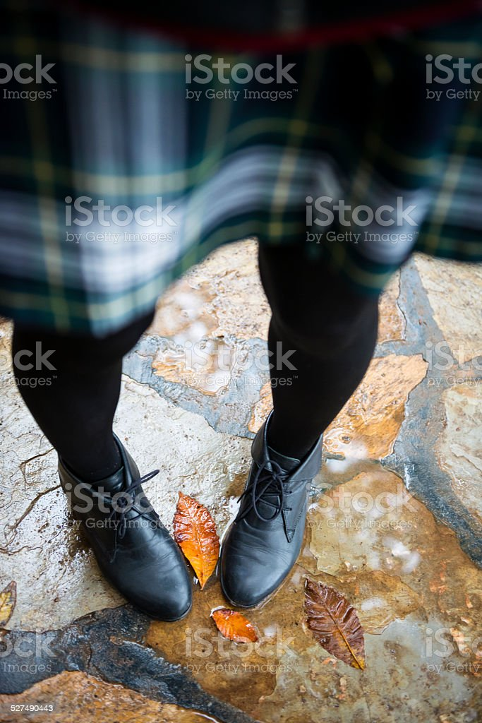 Studentin in Schuluniform und schwarze Schuhe, Herbst, Türkei – Foto