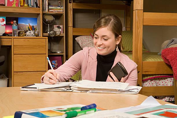studentin studium in ihrem schlafzimmer - etagenbett weiss stock-fotos und bilder