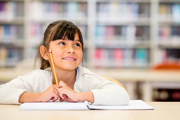 femmina studente pensando - scolara foto e immagini stock