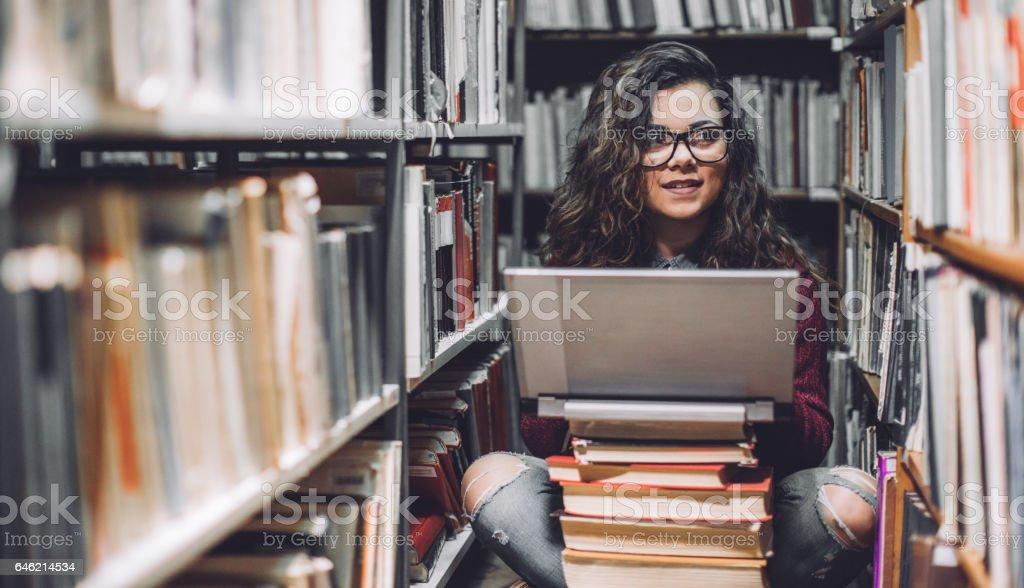 Weibliche Studentin mit Laptop für Notizen zu studieren – Foto
