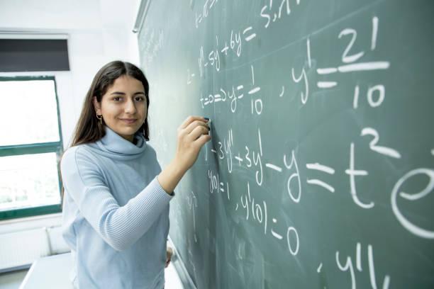 女子学生執筆数式 ストックフォト