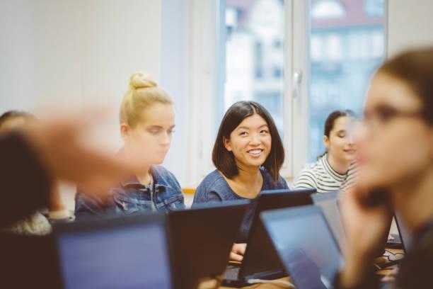 女學生在電腦程式設計類圖像檔