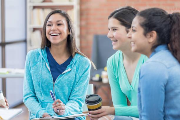 女子学生は研究グループに参加してお楽しみください。 - 学校カウンセラー ストックフォトと画像