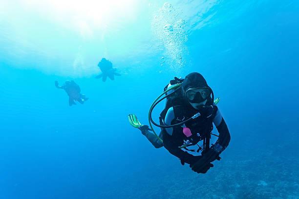 Femme de plongeur suba nager sous l'eau - Photo