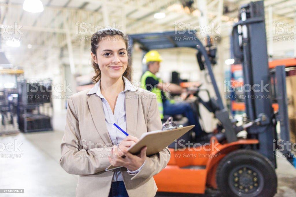 Supervisor feminino no armazém da empresa - foto de acervo