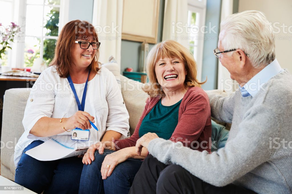 Weibliche Unterstützung Arbeiter besucht älteres paar zu Hause - Lizenzfrei 60-69 Jahre Stock-Foto
