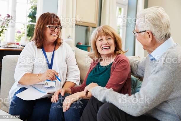 Weibliche Unterstützung Arbeiter Besucht Älteres Paar Zu Hause Stockfoto und mehr Bilder von 60-69 Jahre