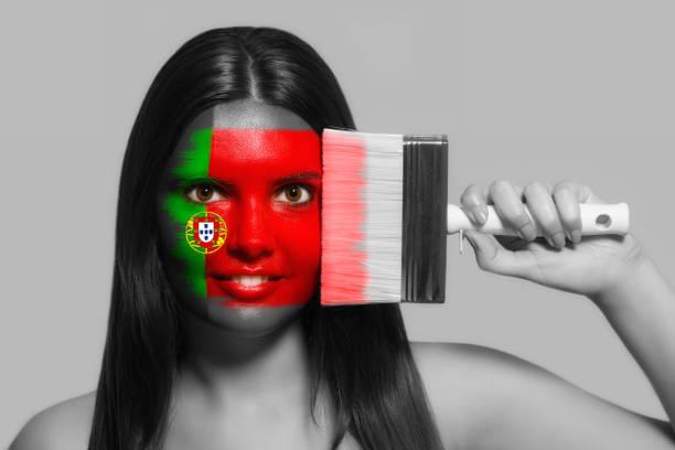 kvinnliga anhängare i medborgare färgar av portugal - football portugal flag bildbanksfoton och bilder