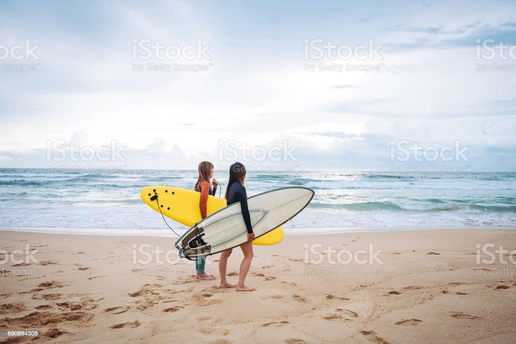 Weibliche Surfer auf der Suche nach Wellen und Strömungen in Australien Lizenzfreies stock-foto