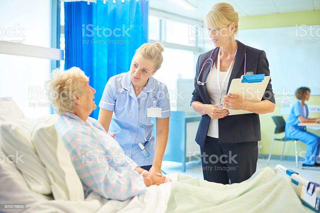 female surgeon explaining procedure zbiór zdjęć royalty-free