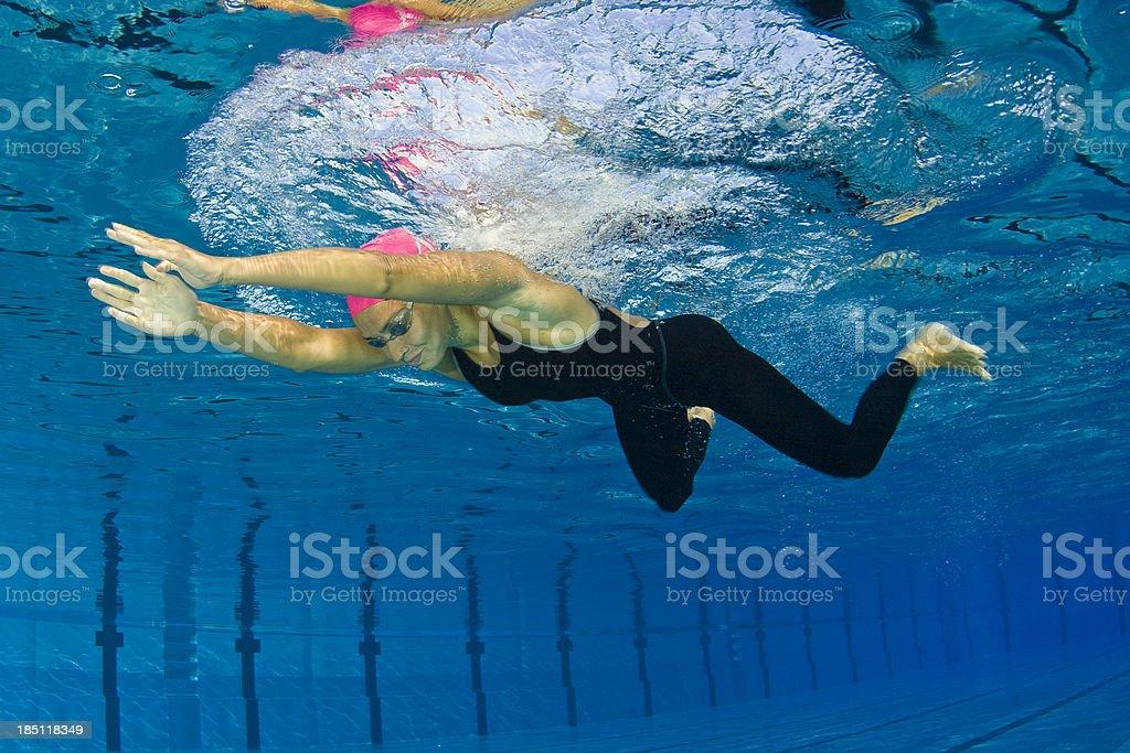 Weibliche Schwimmer in Brustschwimmen – Foto