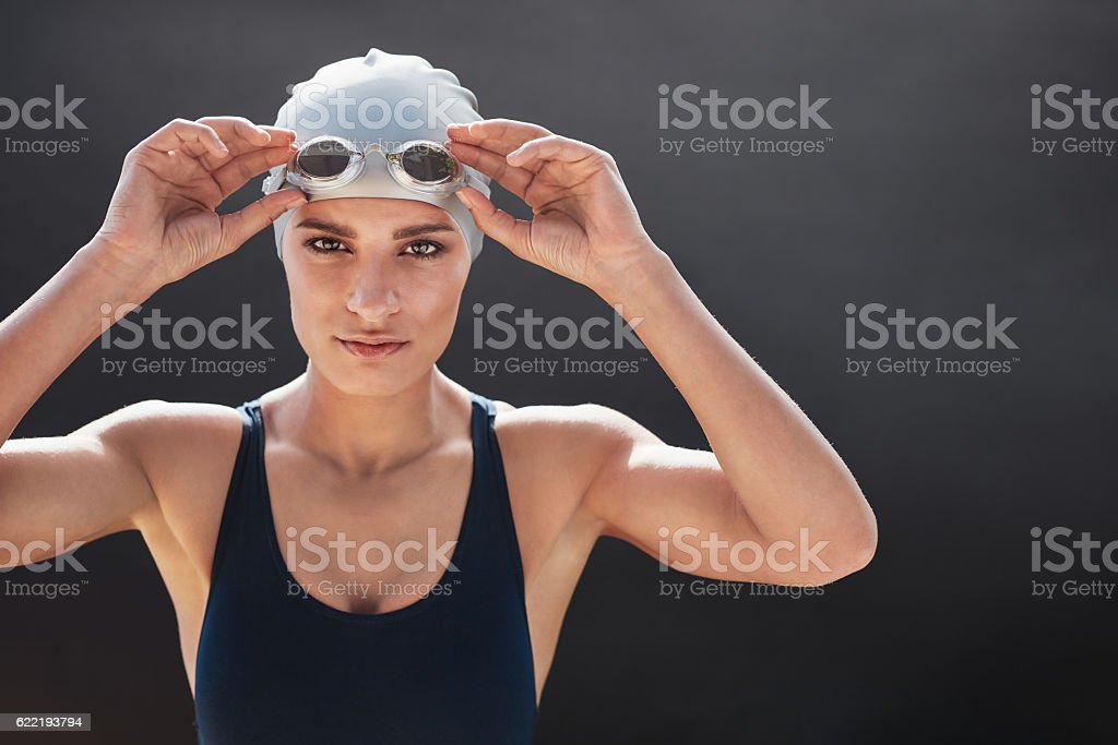 Female swimmer posing on black background – Foto