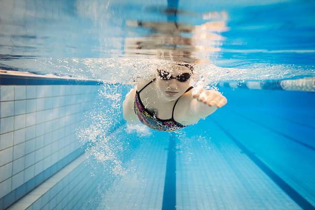 Hembra nadador submarino - foto de stock