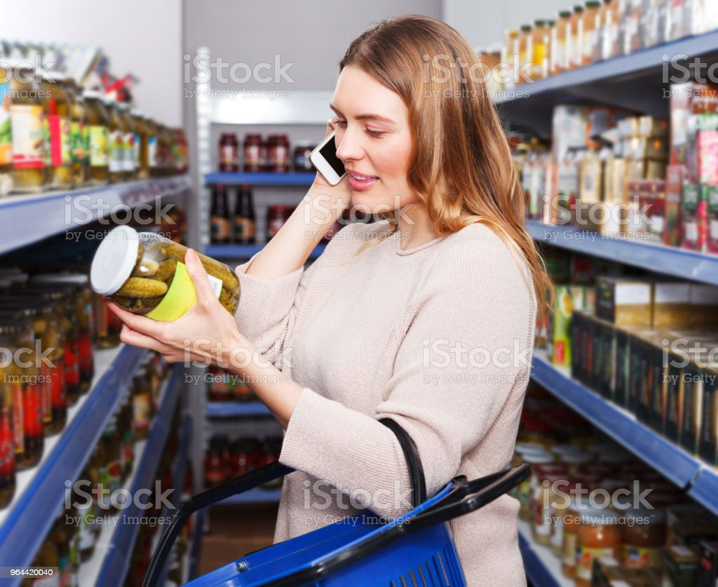 Vrouw praten via de telefoon in supermarkt - Royalty-free 30-39 jaar Stockfoto