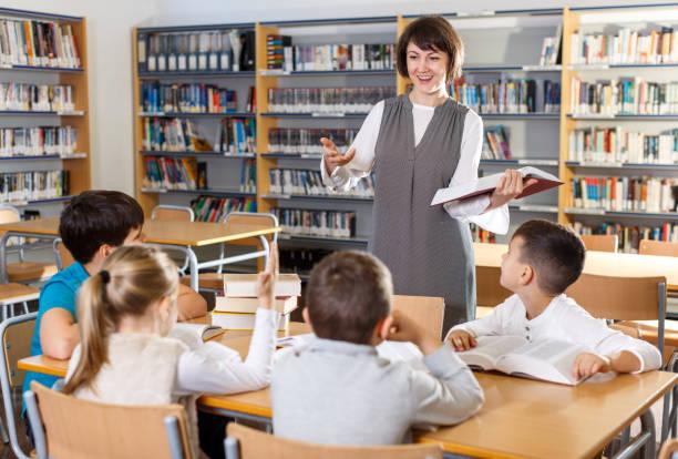 Lehrerin erteilt Schülern Unterricht – Foto