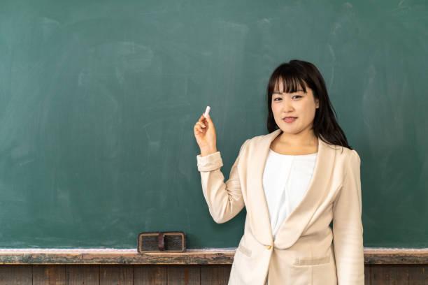 教室で教える女性教師 - 教授 ストックフォトと画像