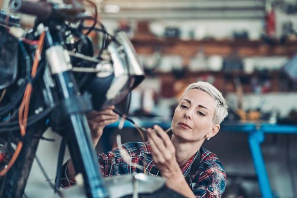 Technikerin arbeitet in der Garage – Foto