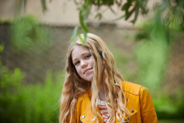 """weibliche teenager in """"blauen montag"""" zweiten tag religiöse konfirmationskleidung - la union stock-fotos und bilder"""