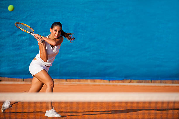 mujer jugador de tenis cercana a la pelota - tenis fotografías e imágenes de stock