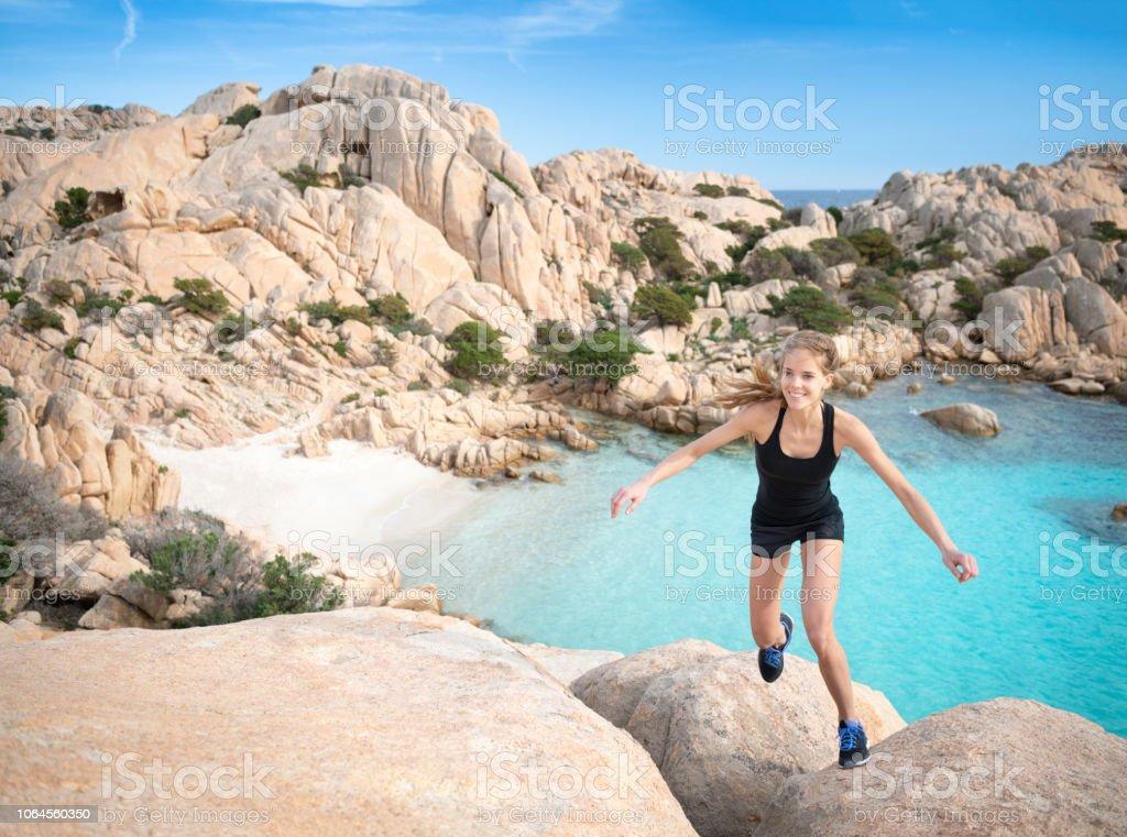 Weibliche Touristen Wanderer Klettern über Felsen zu der schönen Cala Coticcio Beach Bay, Caprera, Maddalena, Sardinien, Italien – Foto