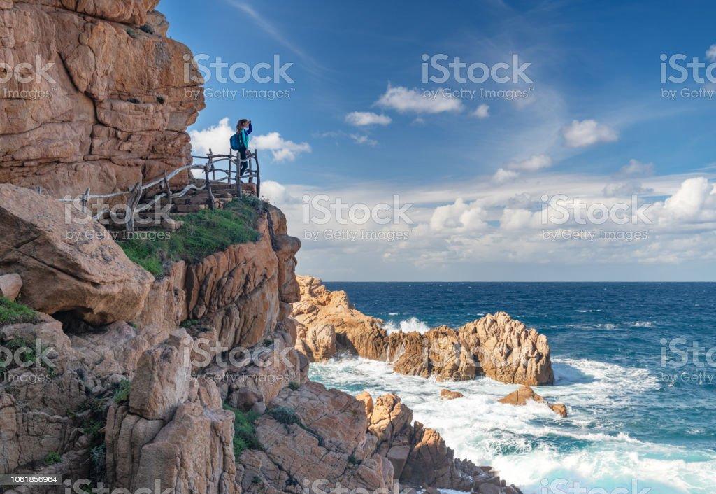 Weibliche Touristen Wanderer mit Blick auf die Bucht von der berühmten Costa Paradiso, Sardinien, Italien – Foto
