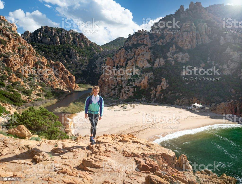 Weibliche Touristen Wanderer mit Blick auf die Spiaggia di Li Cossi Strand Bucht von der berühmten Costa Paradiso, Sardinien, Italien – Foto