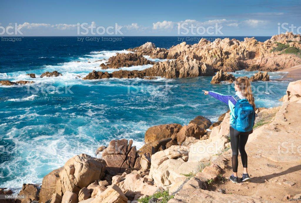 Weibliche Touristen Wandern zu schönen Spiaggia di Li Cossi Beach Bay von der berühmten Costa Paradiso, Sardinien, Italien – Foto