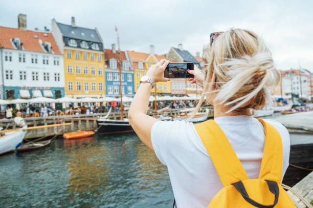 Weibliche Touristen in Nyhavn, Kopenhagen, Dänemark – Foto