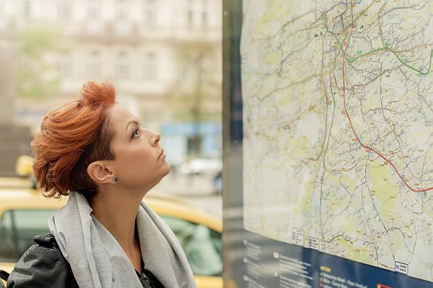 weibliche touristen schaut an öffentlichen umgebungskarte - geführtes lesen stock-fotos und bilder
