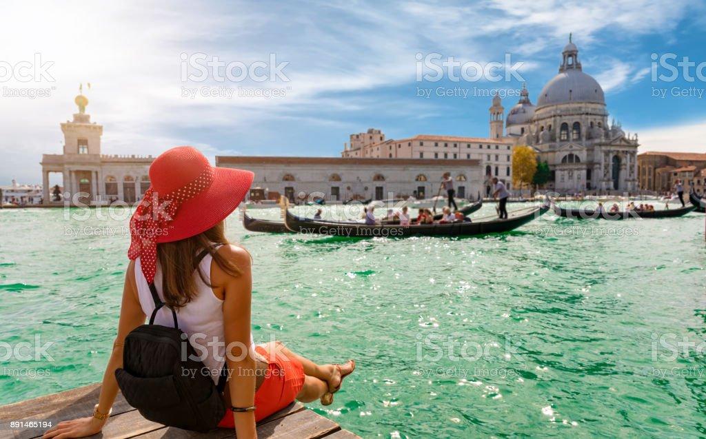 女遊客尋找大教堂 di 聖瑪麗亞致敬和 Canale 格蘭德在威尼斯, 義大利 - 免版稅一個人圖庫照片