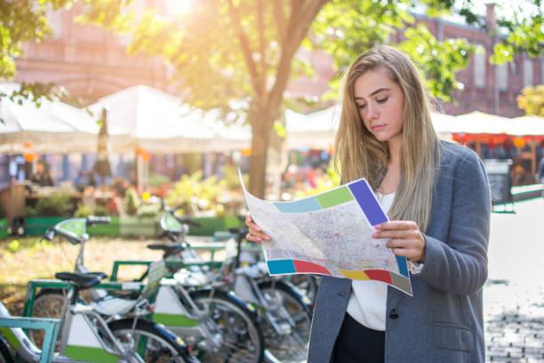 Weibliche Touristen auf der Suche nach Stadt Ziel auf Karte im Freien. – Foto