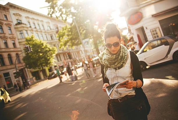 weibliche touristen fuß auf der straße in berlin - kreuzberg stock-fotos und bilder