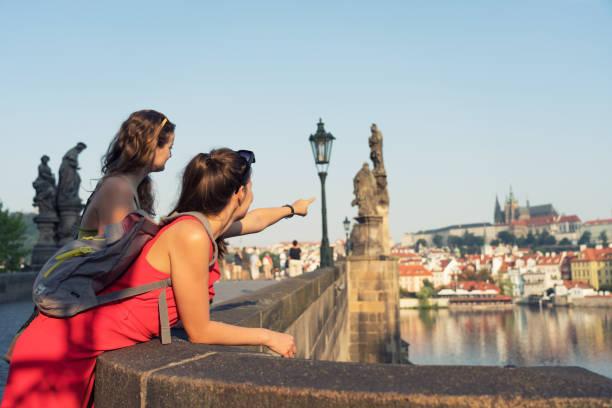 Weibliche Touristen genießen den Blick von der Karlsbrücke in Prag – Foto